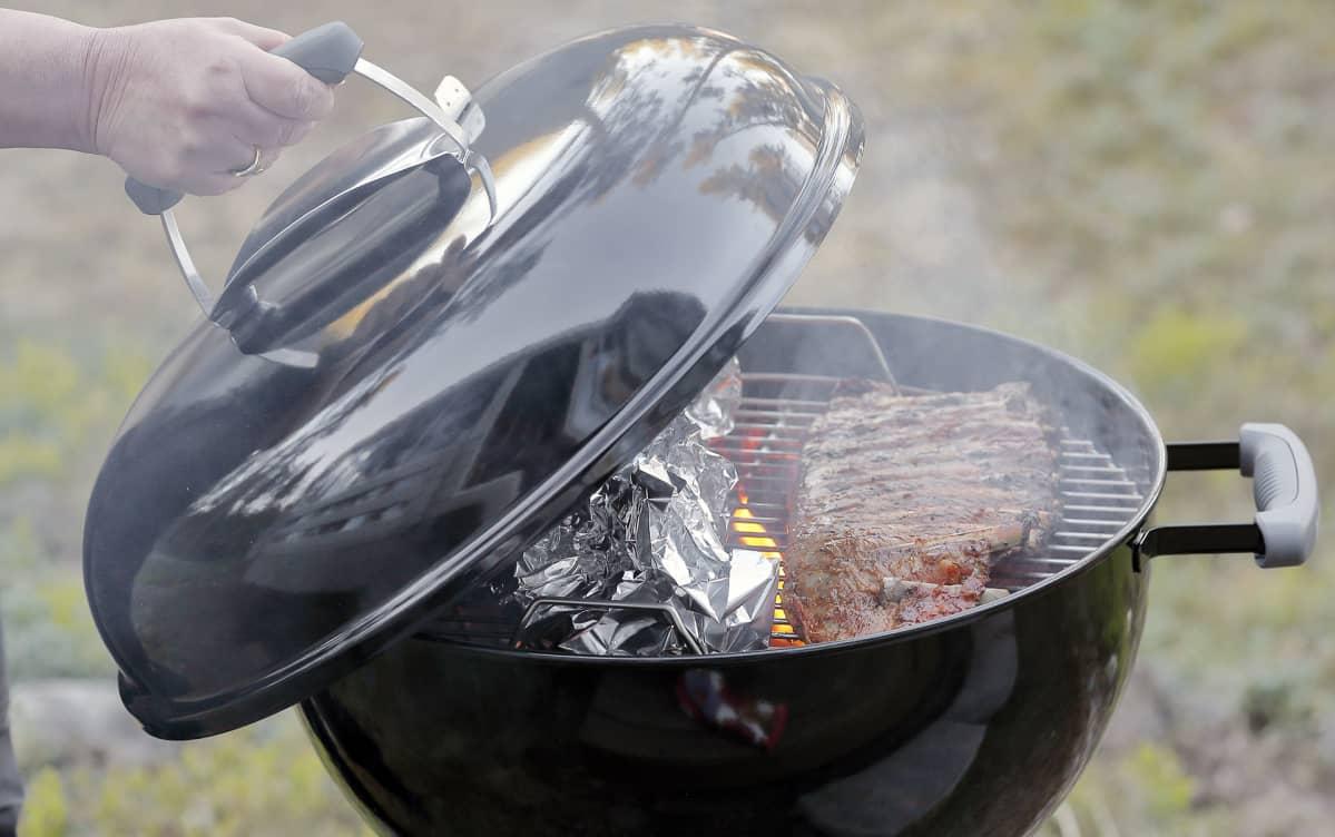 Grillikylkeä grillataan pallogrillissä.