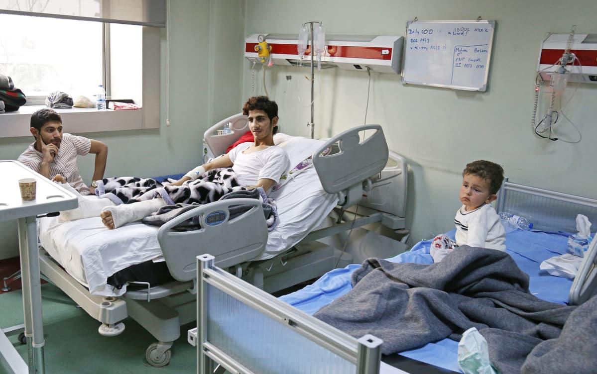 Potilaita sairaalasängyissä.