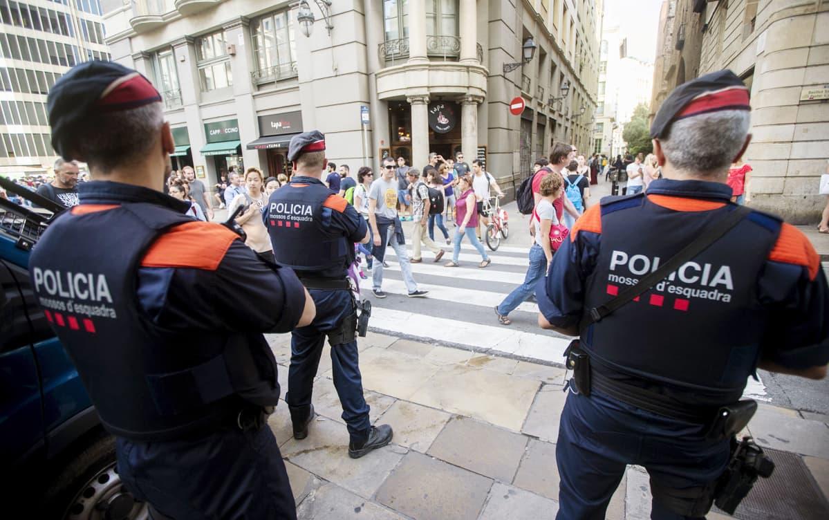 Katalonian poliisi partioimassa Barcelonan ihmisvilinässä.