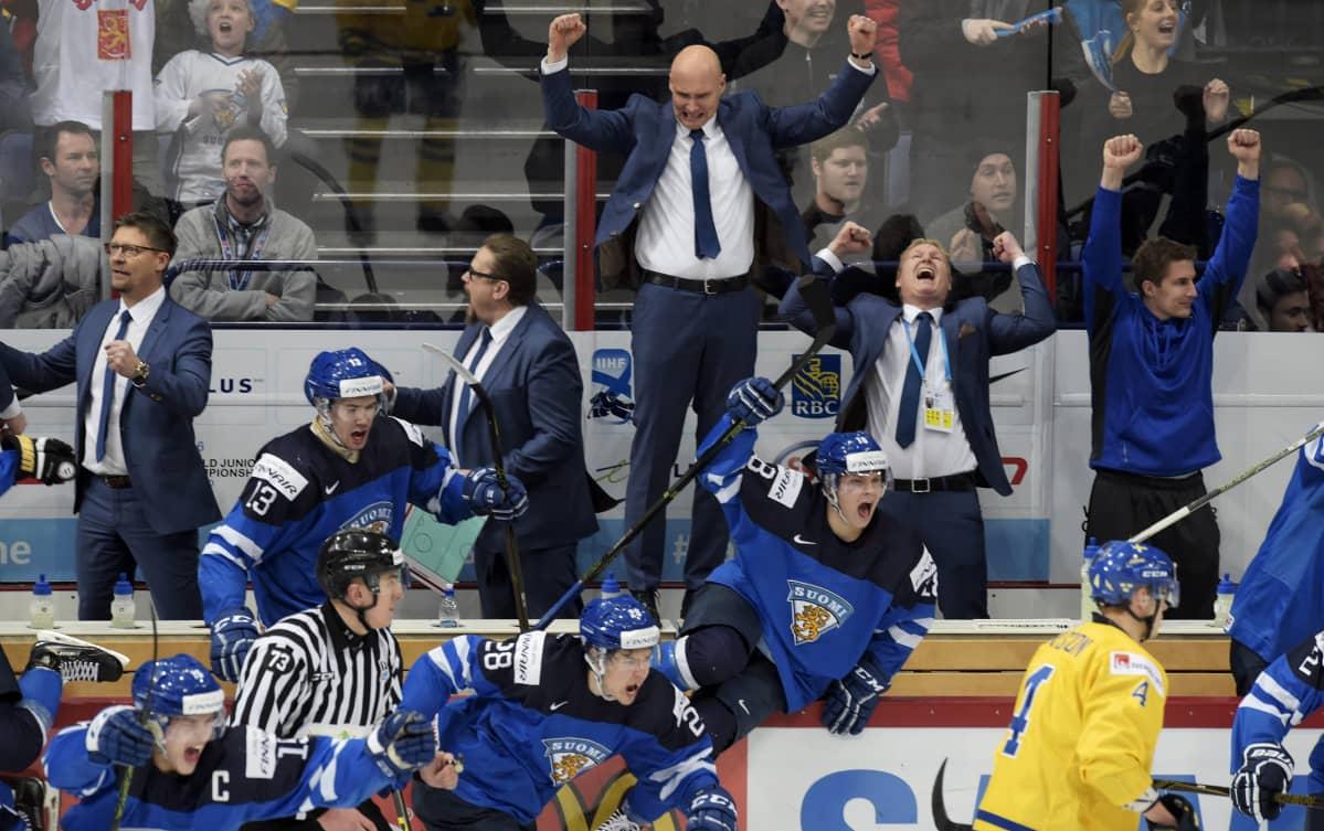 Nuorten Leijonien joukkue riemuitsi voittoa Ruotsista ja pääsyä MM-kisojen kultaotteluun.