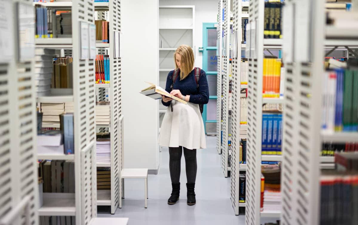 Nainen kirjastossa
