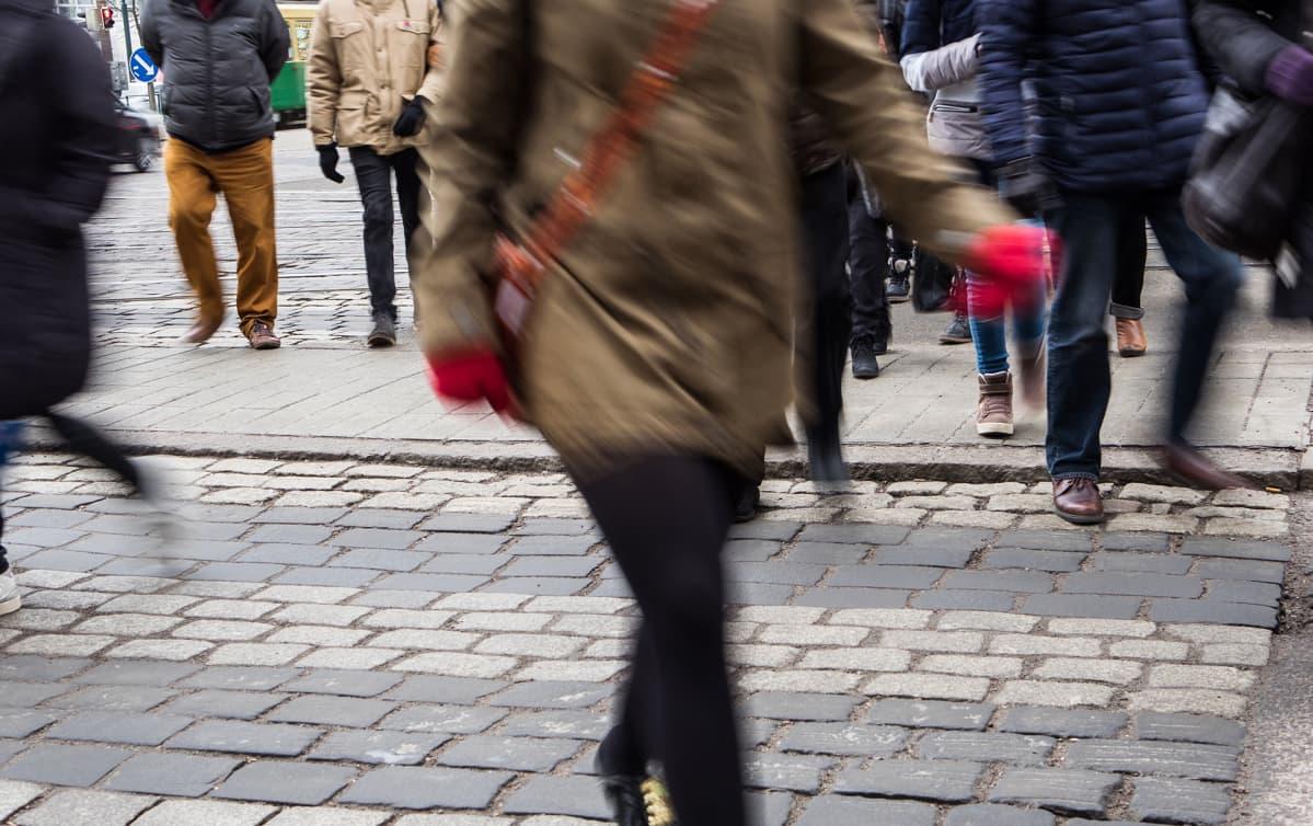 Ihmisiä ylittämässä katua.