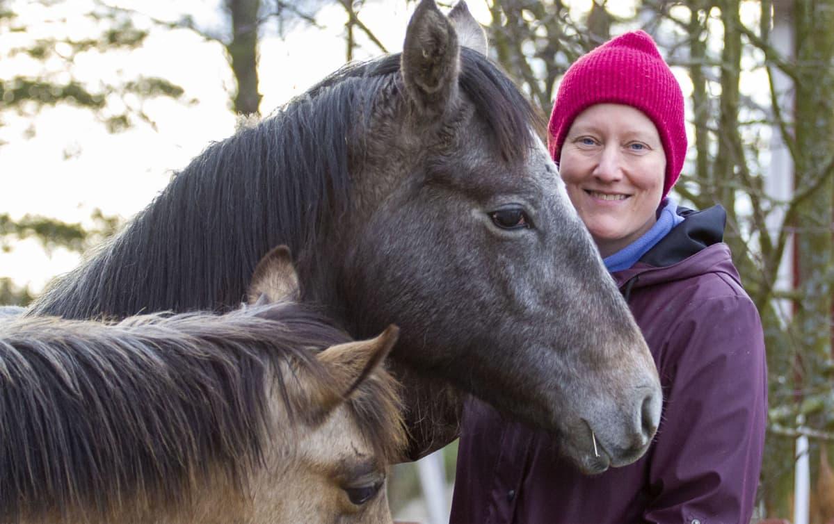 Hevosten kouluttaja Minna Tallberg kahden hevosen kanssa