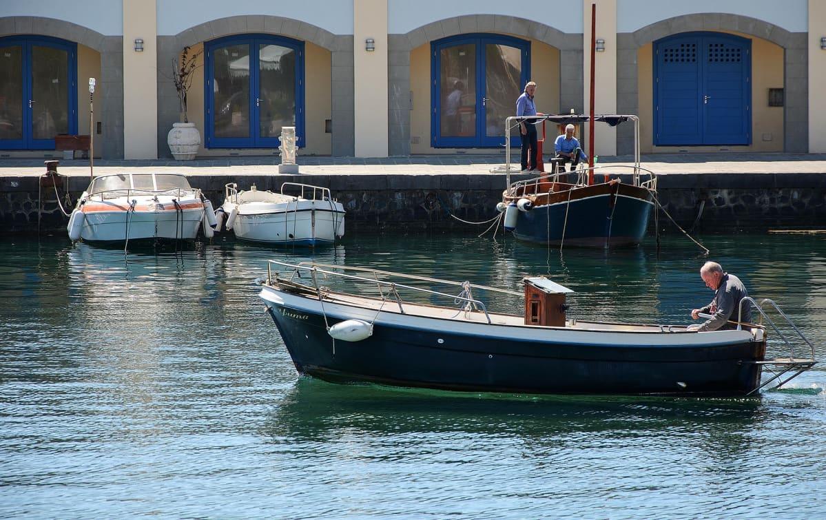 Mies veneessä. Acciarolin kylän asukkaista monet saavat elantonsa kalastuksesta.