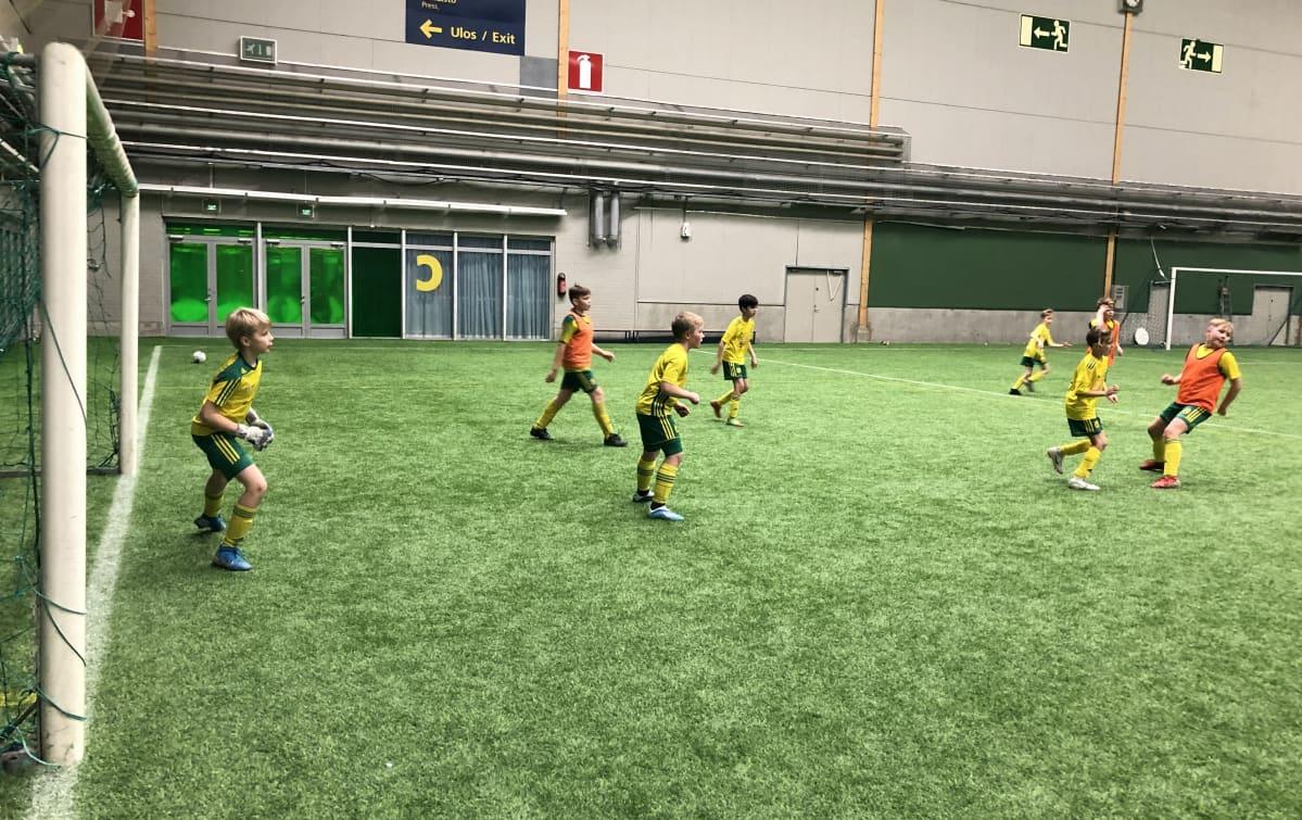 Pojat pelaavat jalkapalloa Pirkkahallissa