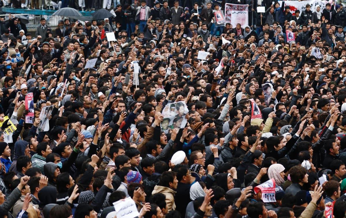Kuvassa paljon ihmisiä, jotka osallistuivat hautajaisiin Kabulissa.