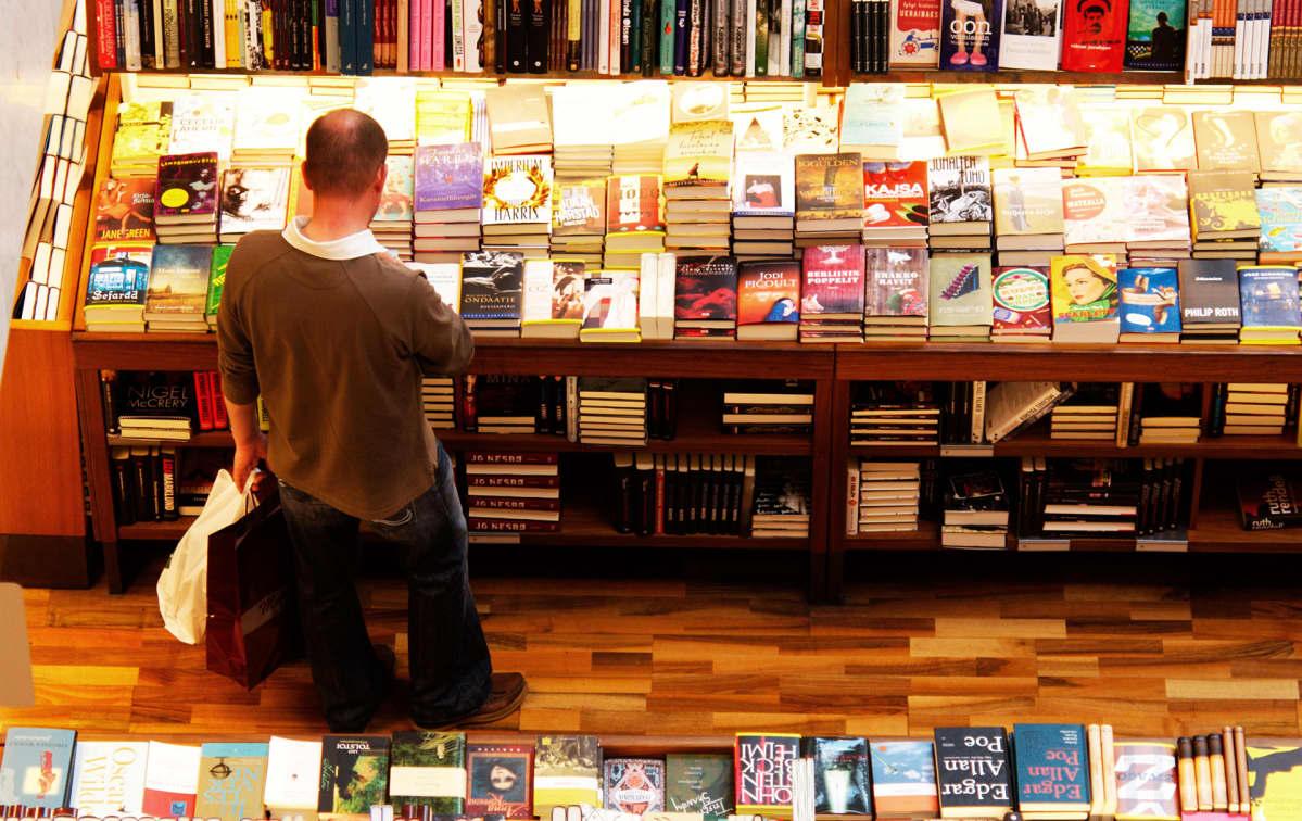 mies kirjakaupassa