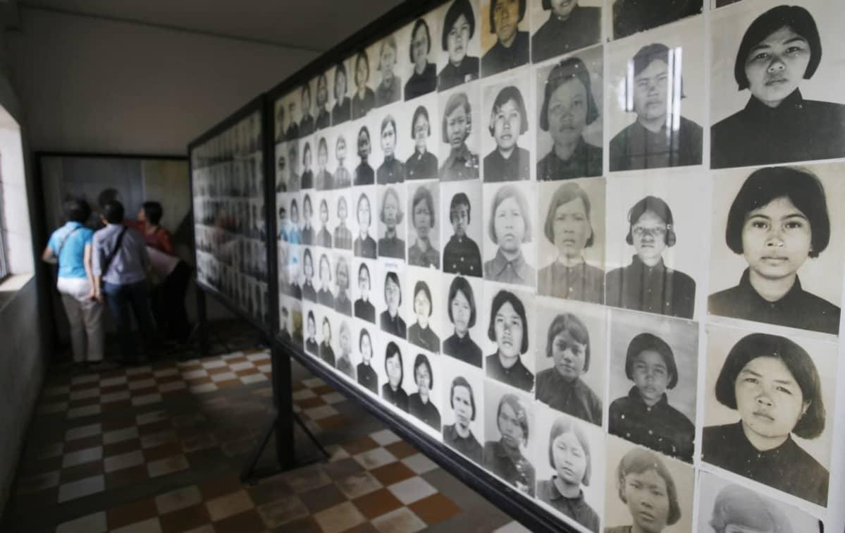 Kambodžan kansamurhan uhrien kuvia entisessä Tuol Slengin vankilassa, joka nykyään toimii museona.