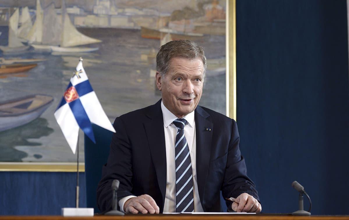 Tasavallan presidentti Sauli Niinistö uudenvuodenpuheen nauhoituksessa presidentinlinnassa Helsingissä 30. joulukuuta 2014.