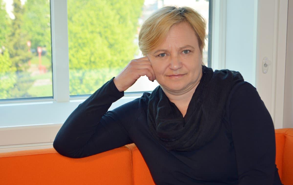Hannele Valkeeniemi sohvalla
