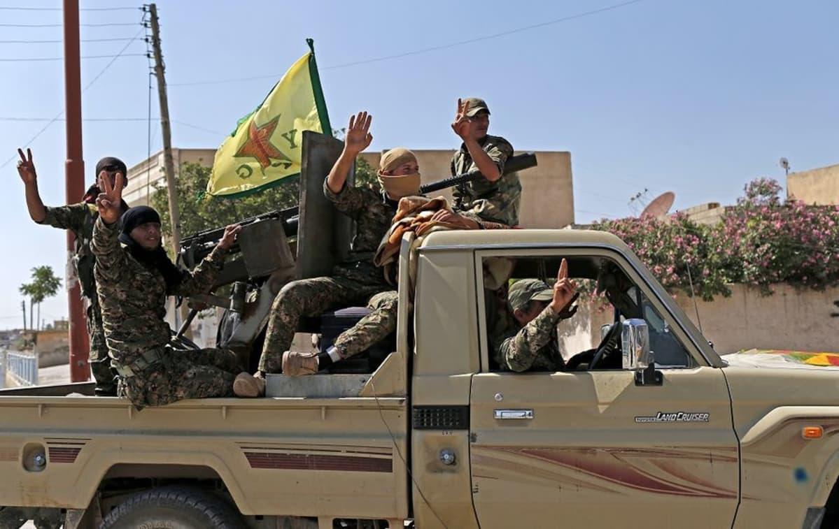 Kurdien YPG-ryhmittymän taistelijat näyttävät voitonmerkkiä saatuaan äärijärjestö Isisiltä hallintaansa strategisesti merkittävän Tel Abyadin kaupungin 23. kesäkuuta 2015. Sisällissota on kasvattanut osaltaan kurdien pyrkimystä itsehallintoon.