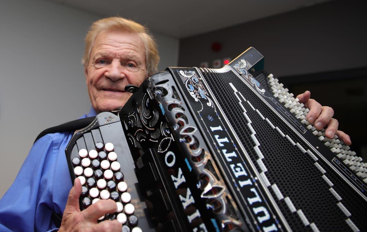 90-vuotias harmonikkataiteilija Veikko Ahvenainen konsertoi ahkerasti.