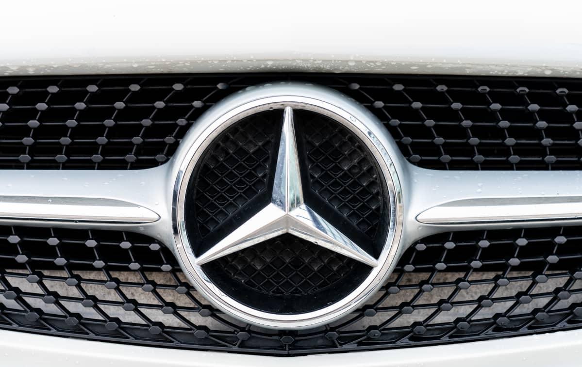 Mercedes Benzin logo auton keulassa.
