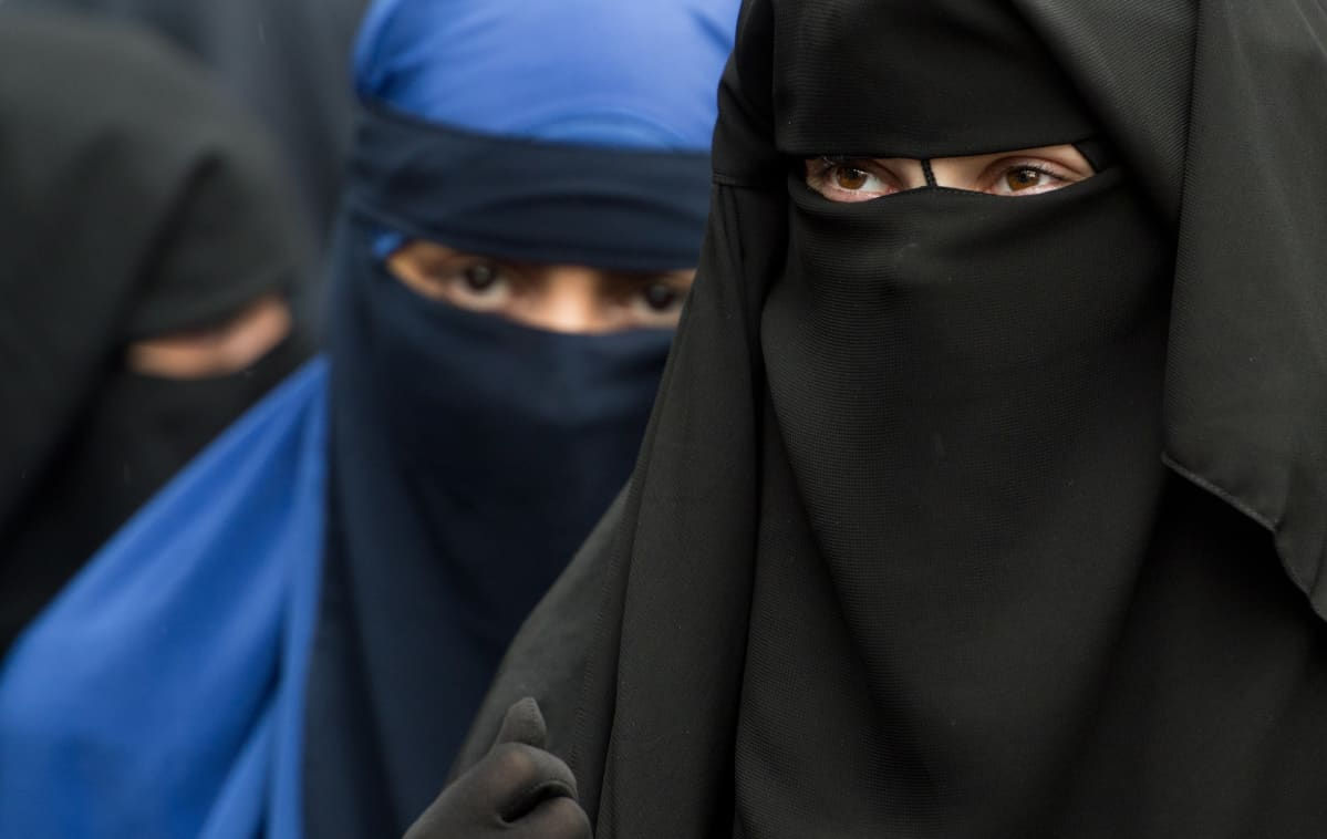 Niqabiin pukeutuneita naisia Saksassa.