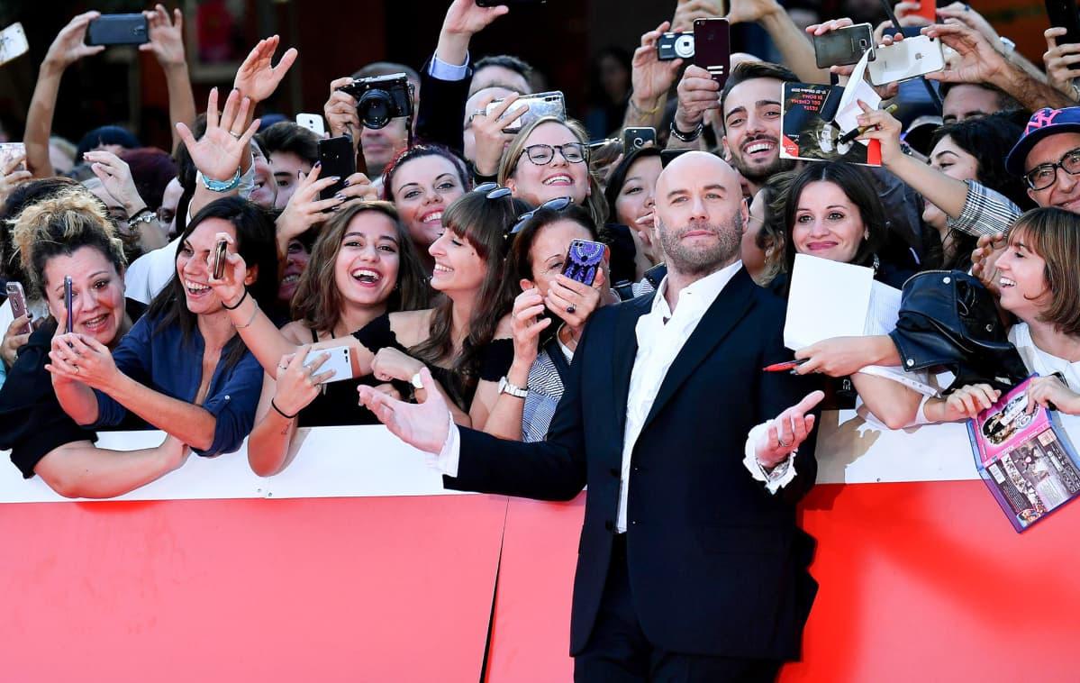 John Travolta poseeraa fanien kanssa Rooman filmifestivaaleilla 22. lokakuuta.