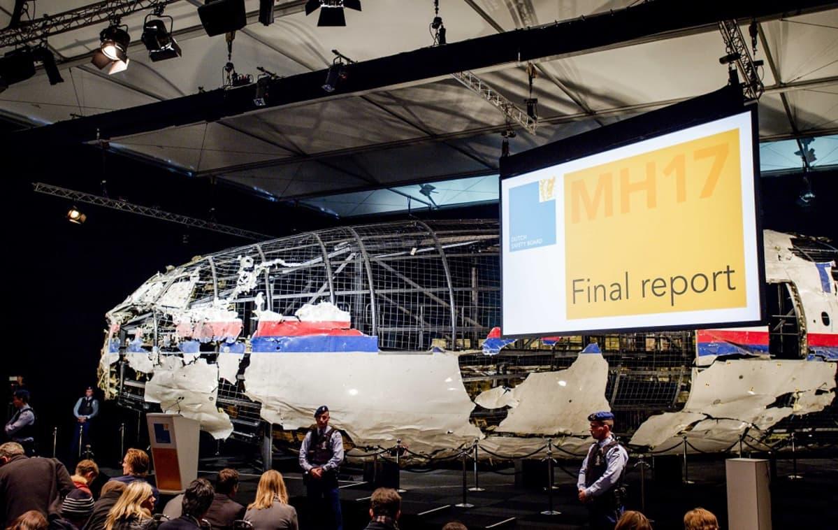 Malaysia Airlinesin koneen uudelleen rakennettu hylky oli esillä, kun hollantilainen tutkijaryhmä julkaisi onnettomuusraporttinsa 13. lokakuuta 2015.