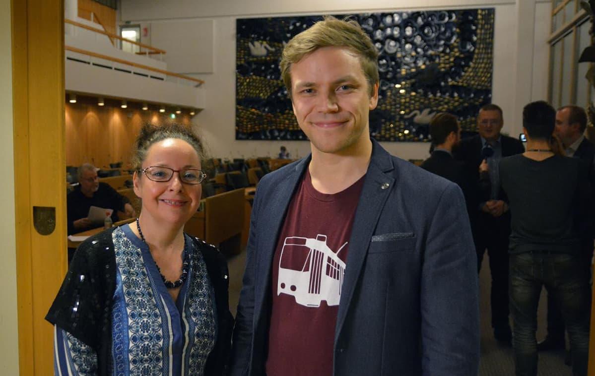 Tampereen kaupunginvaltuutetut Aila Dündar-Järvinen ja Jaakko Mustakallio seisovat valtuustosalin ovella.