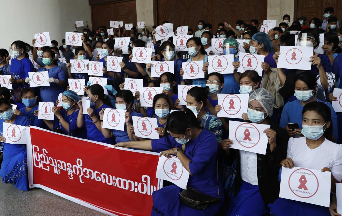 Yangonissa Dagonin yliopiston opiskelijat ja opettajat liittyivät terveydenhuollon työntekijöiden lakkoon perjantaina.
