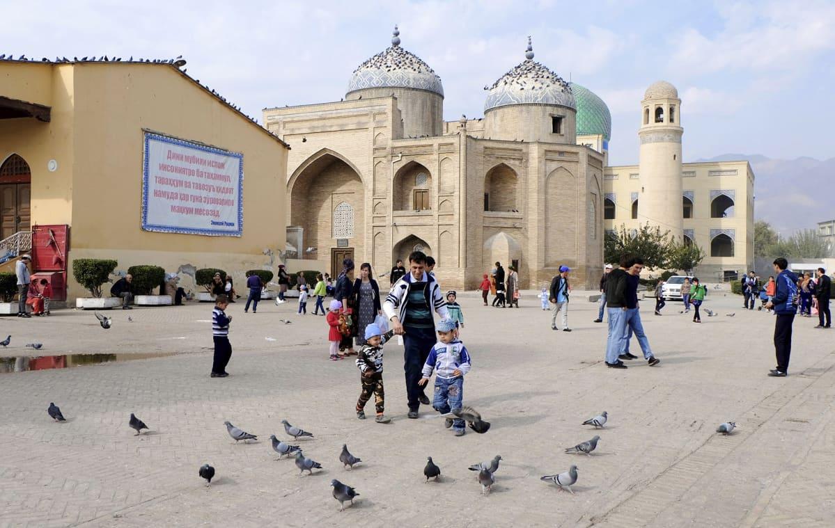 Ihmisiä Dushanbessa Tadžikistanissa.