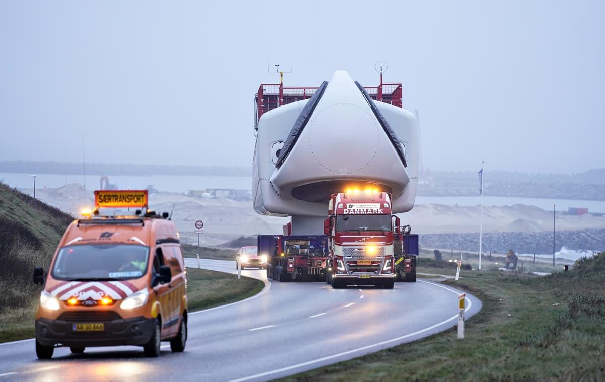 Tuulivoimalan osien kuljetusta Tanskassa 25. marraskuuta.