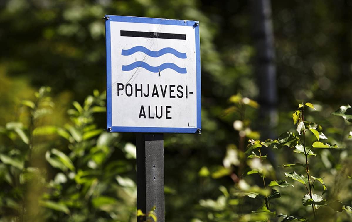 Pohjavesialueen kyltti Viherkummun siirtolapuutarha-alueen reunalla Vantaalla 17. heinäkuuta 2014.