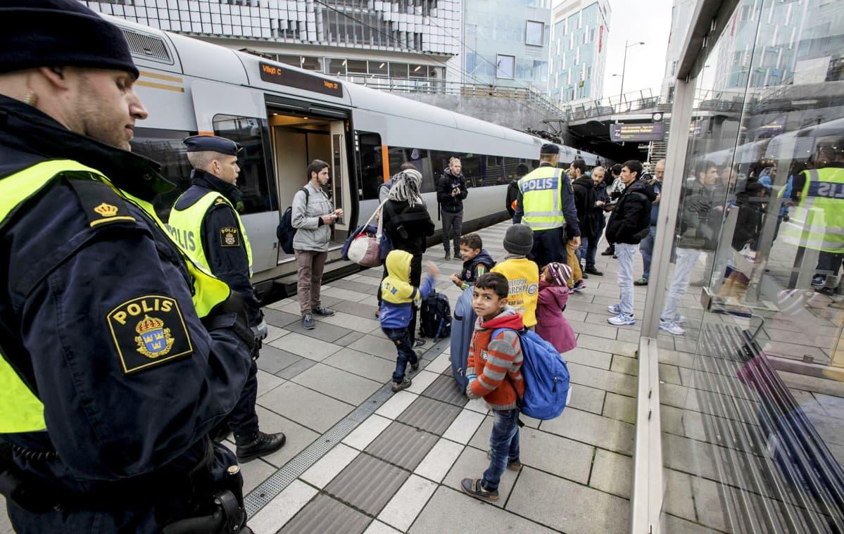 Poliiseja ja turvapaikanhakijoita Malmön asemalla 12. marraskuuta.