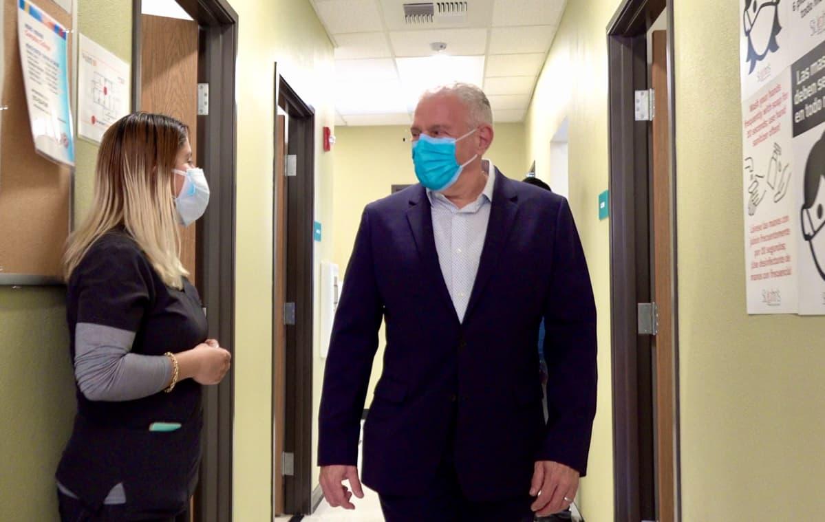 Lääkäri Jim Mangia tutustuu uuteen rokotekeskukseen Compton Collegessa.
