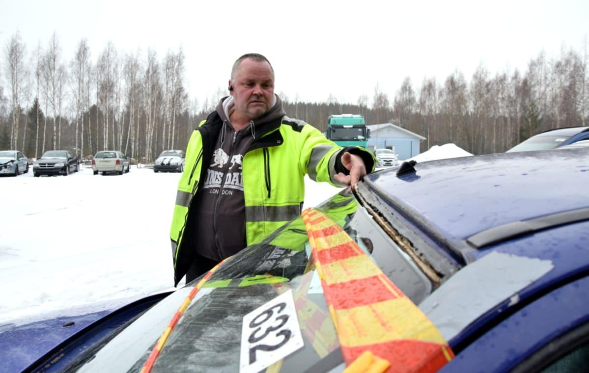 outlet store 7992c aea78 Varikonhoitaja Olli Laine tutkii auton irti olevaa tuulilasia.