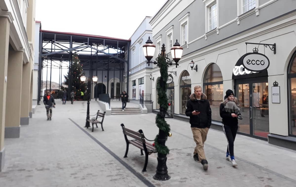 Ostoskylän kadulla ensimmäisiä asiakkaita.