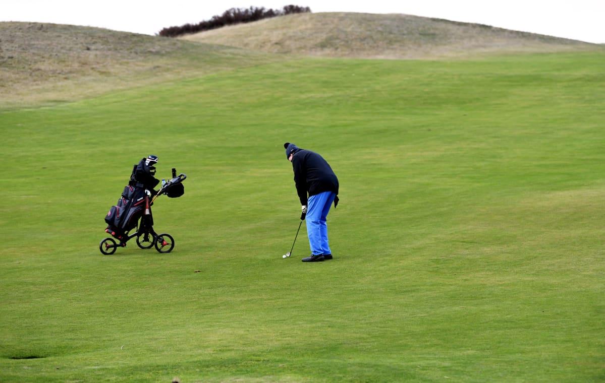 Golfinpelaaja Vuosaari Golf golfkentällä