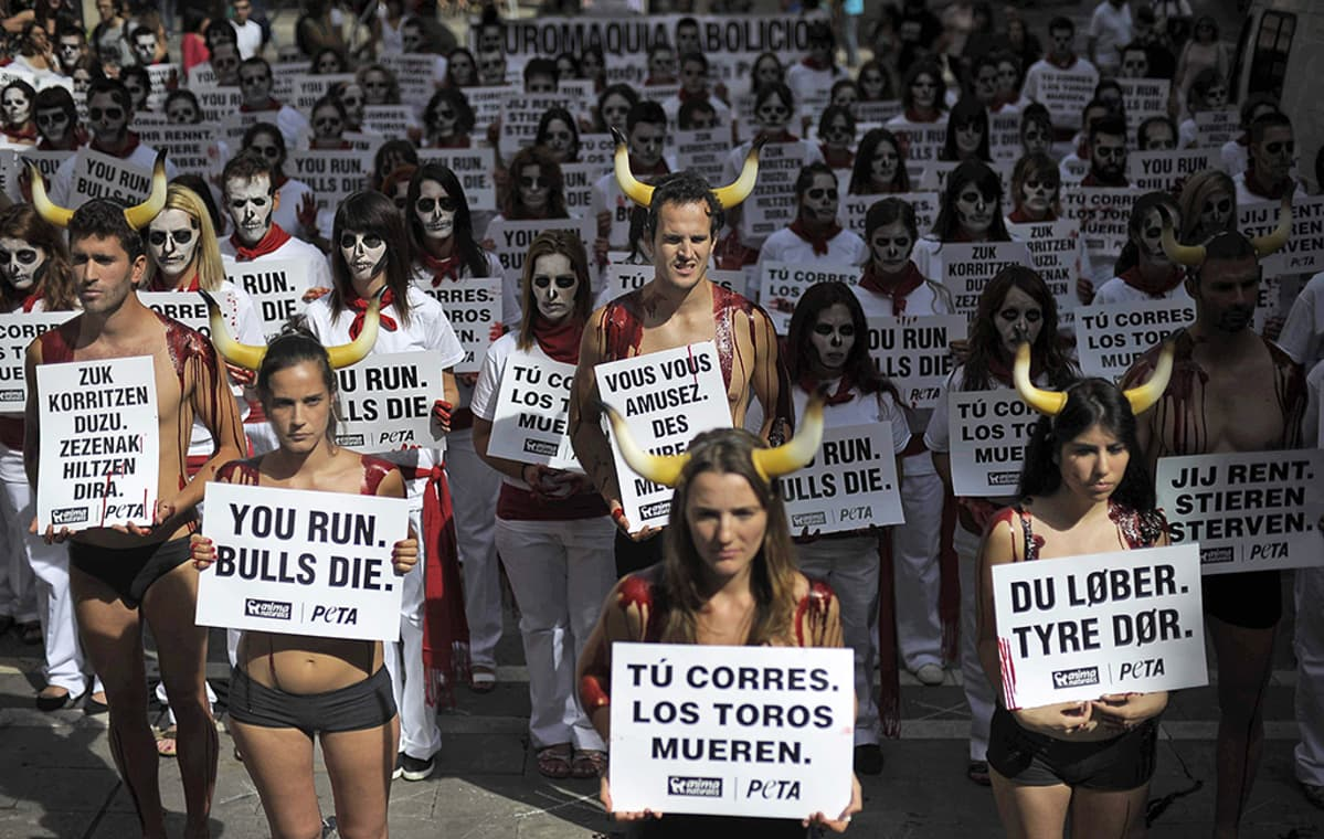 Parisataa eläinsuojelujärjestö PETA:n jäsentä osoittaa mieltään härkäjuoksuja vastaan Pamplonan keskusaukiolla.