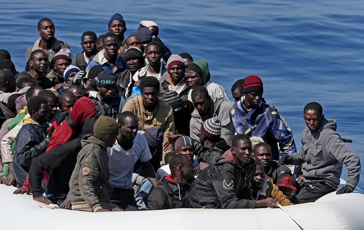 Italian rannikkovartioston pelastamia pakolaisia saapumassa Italiaan.