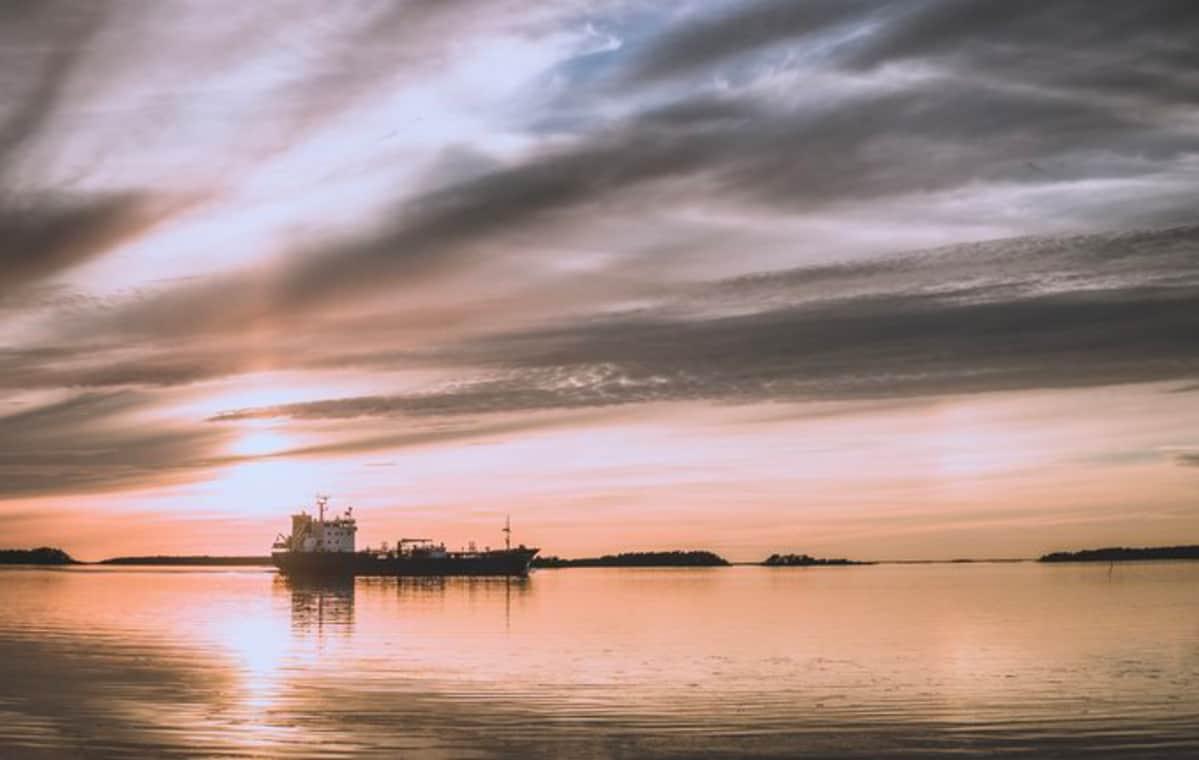 Laiva auringonlaskussa