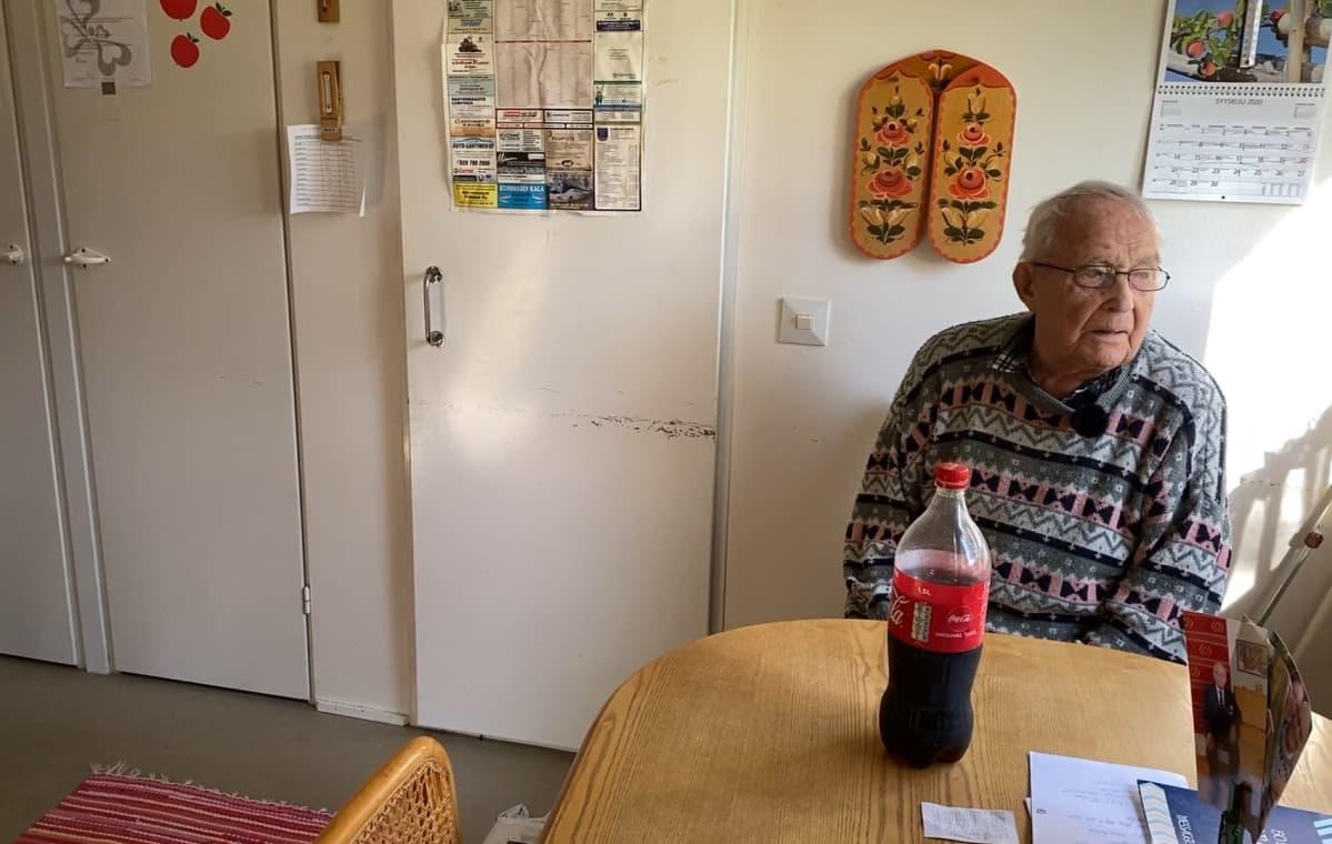 Karvialainen Paavo Heinola katsoo kotinsa ikkunasta pihalle.