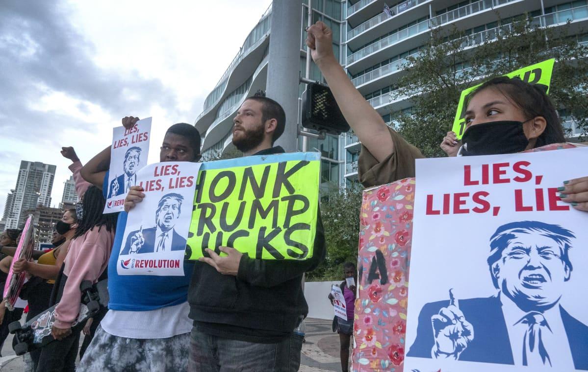 Trumpia vastustavia mielenosoittajia Miamissa, Floridassa. Trumpia esittävässä kyltissä lukee englanniksi: Lies, Lies, Lies.