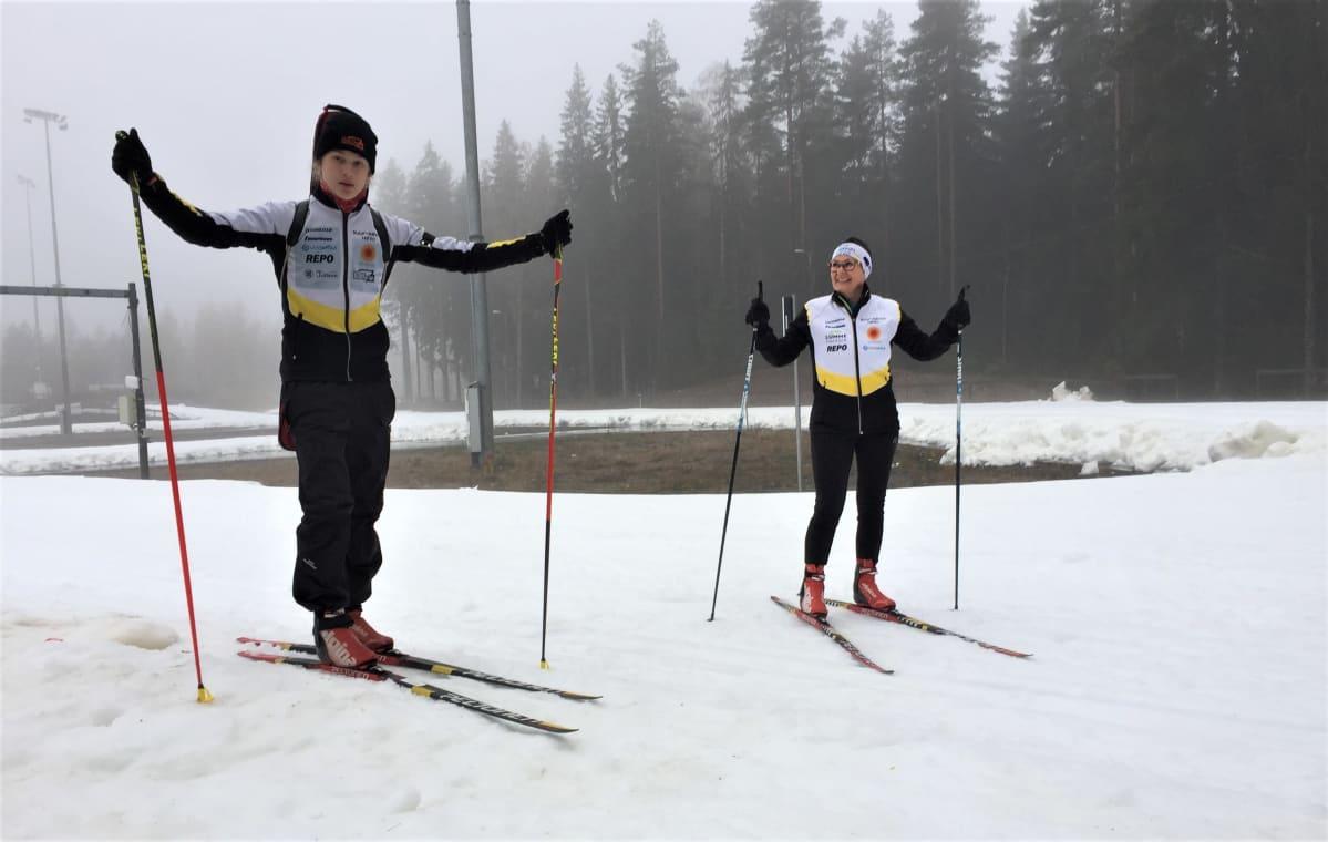 Mikkelin Hiihtäjien ampumahiihtäjä Onni Paasonen ja ryhmänohjaaja Tiina Paasonen Sukset jalassa valmiina hiihtämään Imatralla Ukonniemen ensilumenladulla.