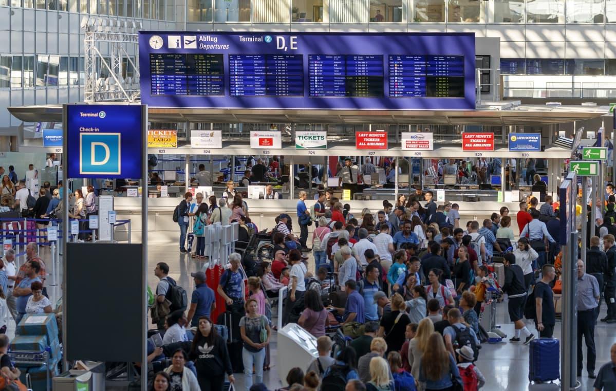 Ihmisiä jonottamassa Frankfurtin lentokentällä.