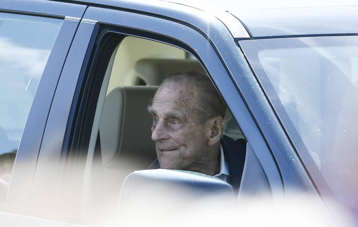 Britannian prinssi Philip katsoo ulos auton ikkunasta.