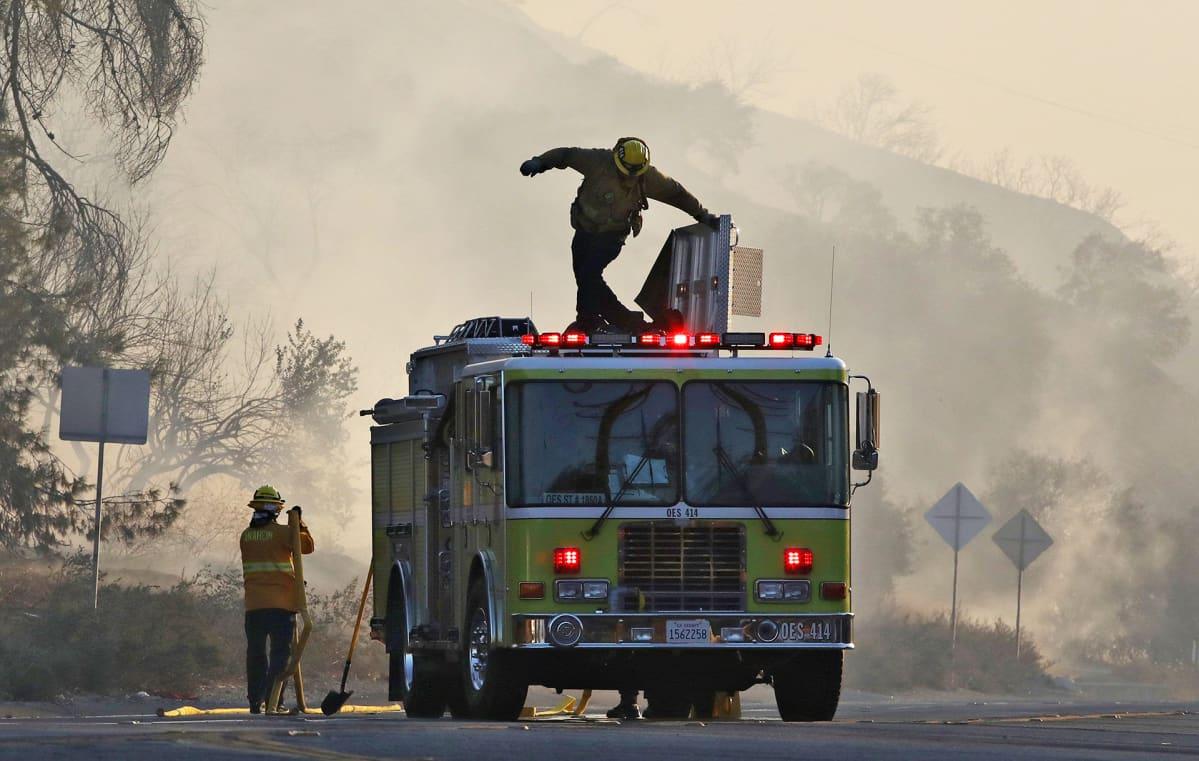 Palomiehiä sammuttamassa maastopaloja Yhdysvaltain Kaliforniassa 24. lokakuuta.
