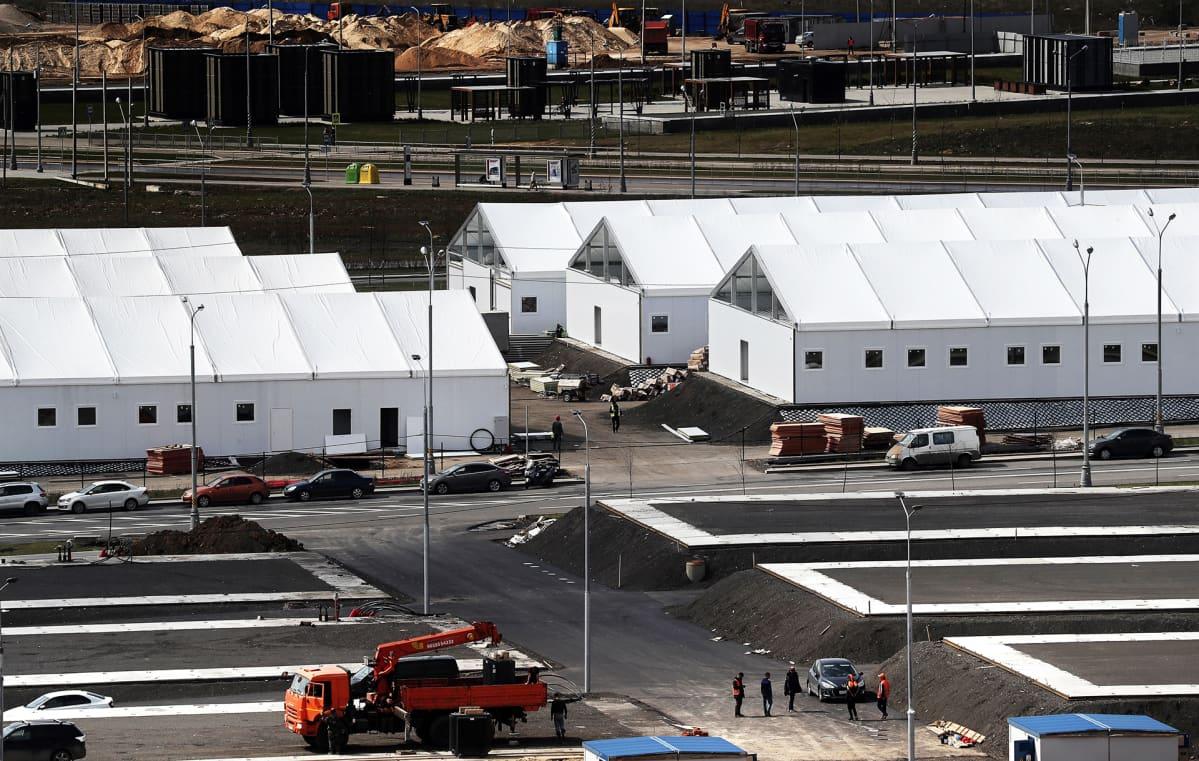Väliaikaisten telttasairaaloiden rakentamista Moskovassa 5. toukokuuta.