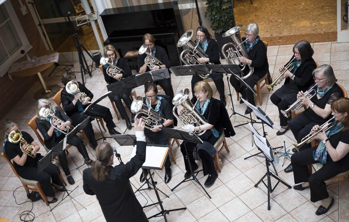 """12 naisen amatöörivaskiyhtye """"Puhallus"""". Yhdessä on soitettu jo 50 vuotta, kauimmaiset soittajat tulevat viikkoharjoituksiin Riihimäeltä ja Kotkasta asti."""