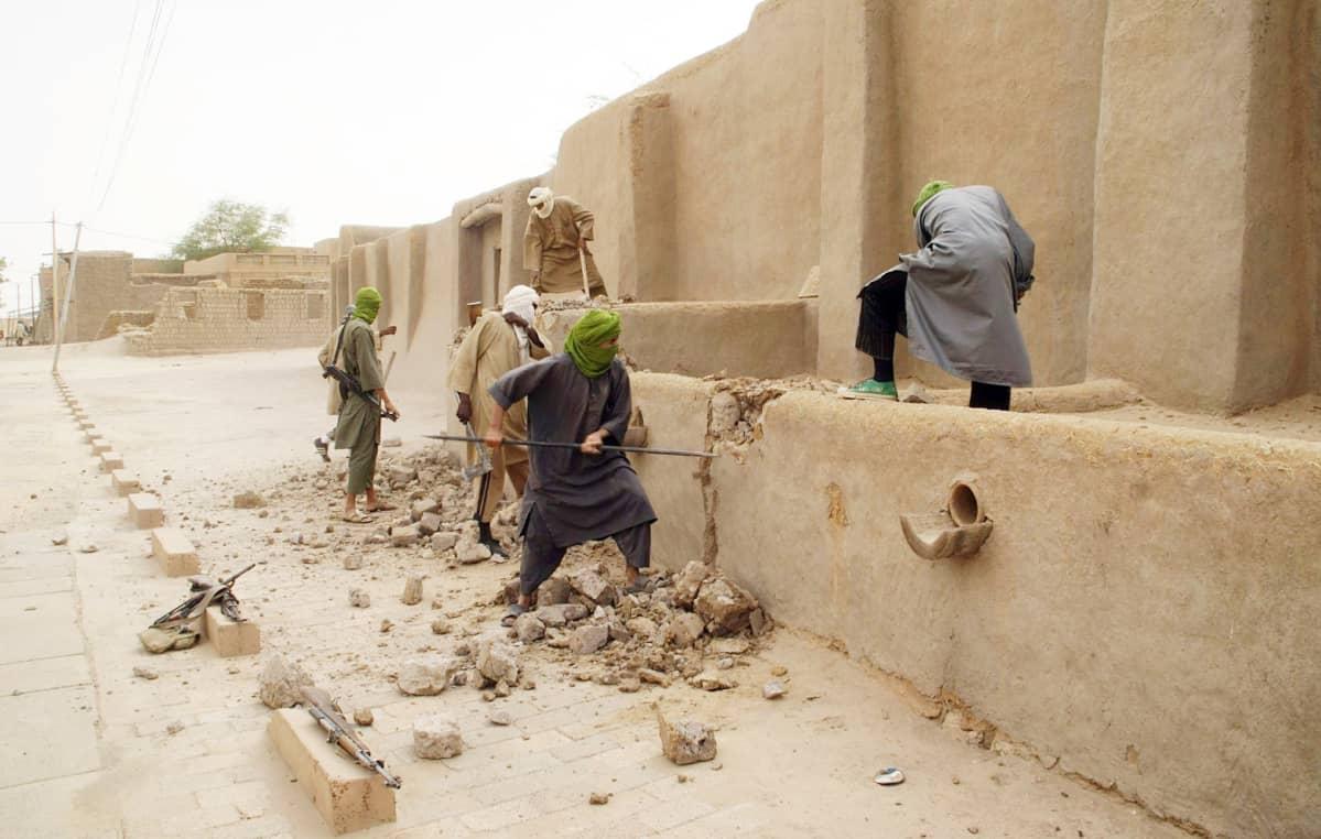 Ansar Dinen taistelijat tuhosivat suojelukohdetta Timbuktussa.