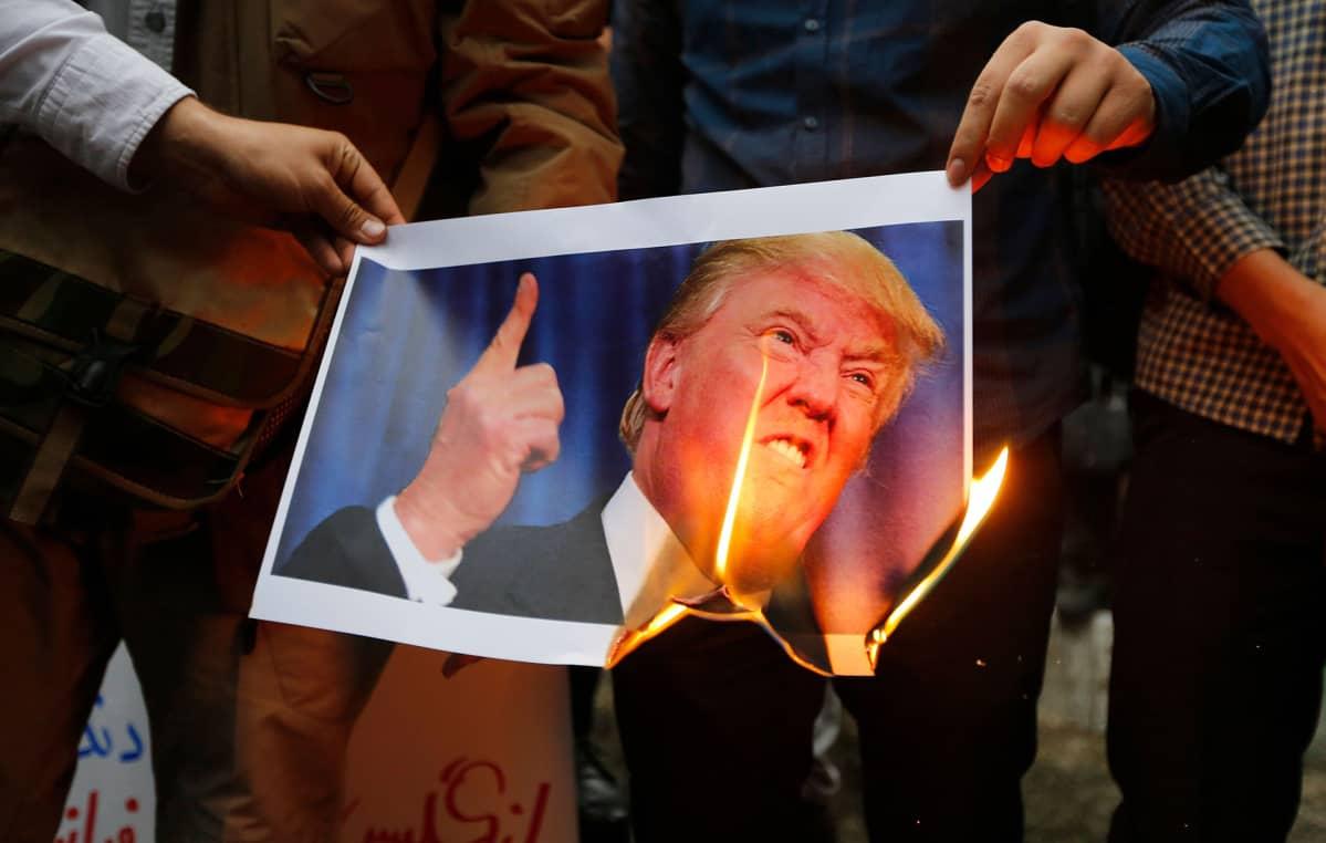 Mielenosoittajat polttivat Donald Trumpin kuvaa USA:n vastaisessa mielenosoituksessa Teheranssa, Iranissa 9. toukokuuta.