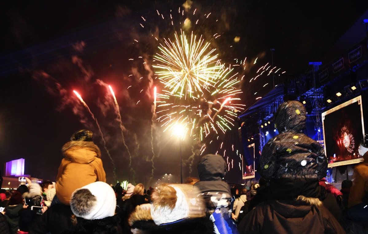 Lapsia ja aikuisia seuraamassa lasten ilotulitusta Helsingin kaupungin järjestämässä lasten uudenvuoden juhlassa Kansalaistorilla Helsingissä 31. joulukuuta 2019.
