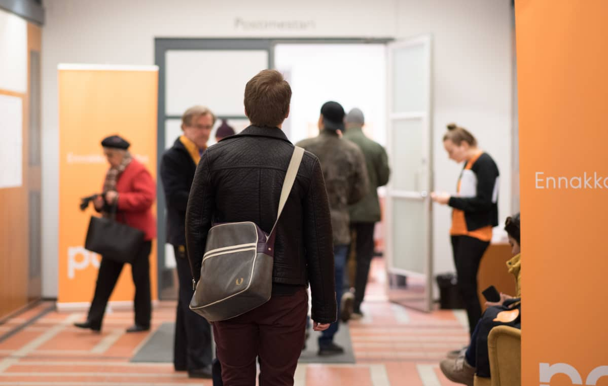 Ihmiset jonottavat ennakkoäänestämään Helsingissä