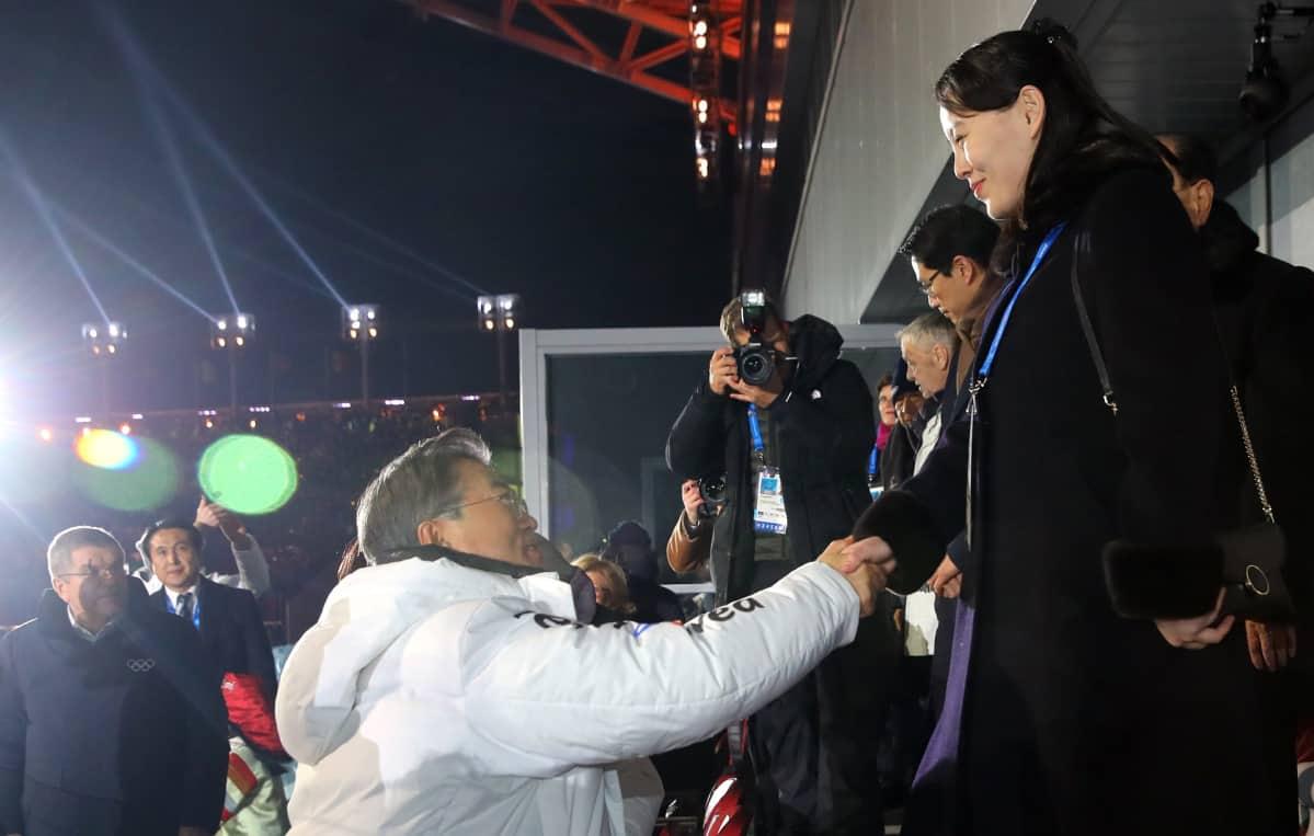 Etelä-Korean presidentti Moon Jae-in ja Pohjois-Korean johtajan sisko Kim Yo-Jong talviolympialaisten avajaisissa.