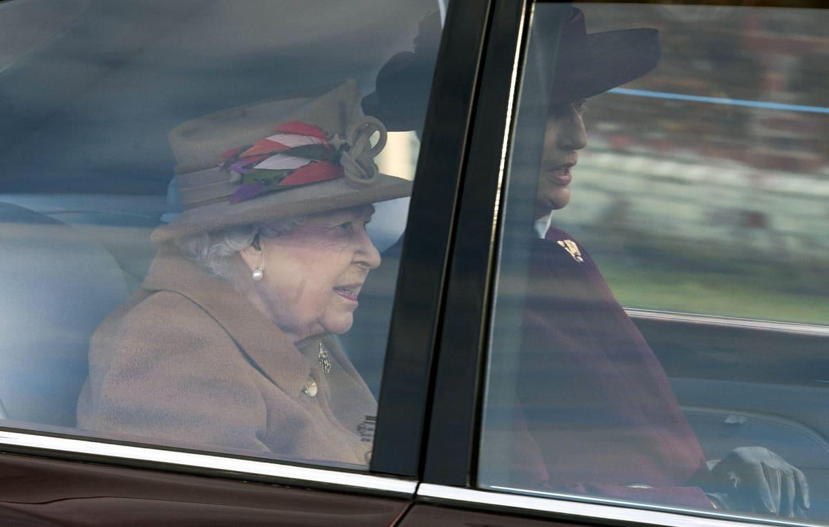 Kuningatar Elisabeth saapumassa Sandringhamin kartanoon.