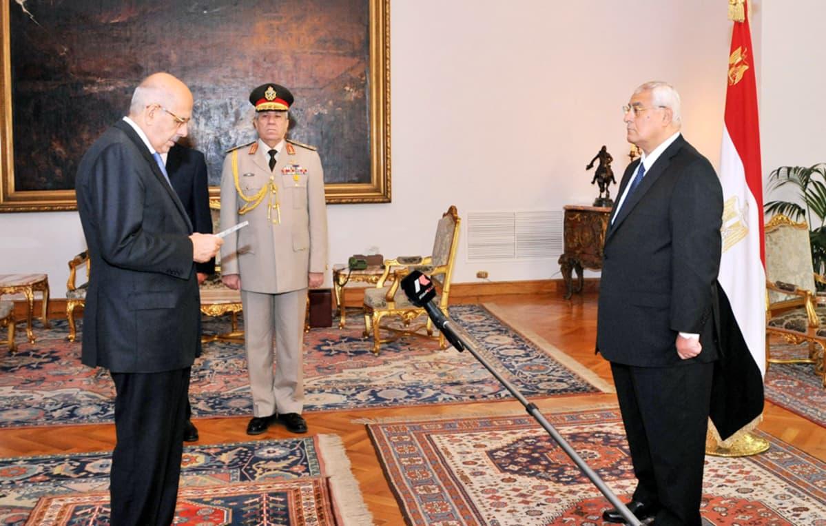 Egyptin välikaikainen varapresidentti Mohamed El-Baradei (vas.) vannoi virkavalan maan maan väliaikaiselle presidentille Adli Mansurille Kairossa 14. heinäkuuta.