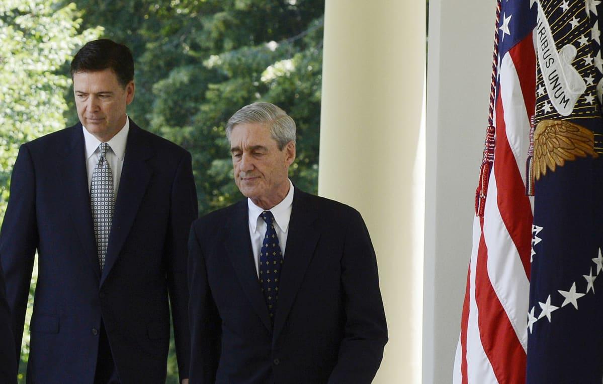 James Comey (vas.) ja Robert Mueller kävelevät Valkoisen talon pihalla.