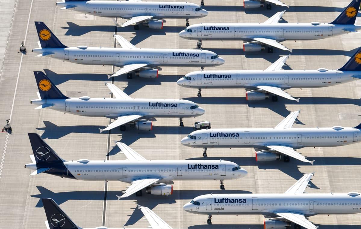 Lufthansas flygplan står tätt packade på flygplatsen Brandenburg i Berlin